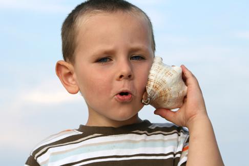 Kind mit Muschel